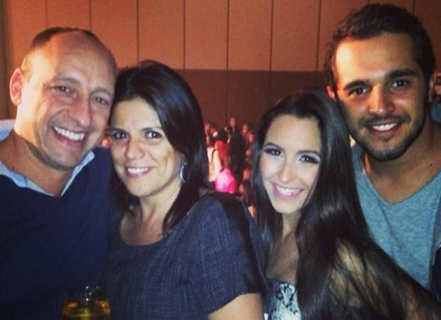 Carla Diaz leva sogros e namorado a show de Zezé Di Camargo & Luciano (Foto: Reprodução/Instagram)