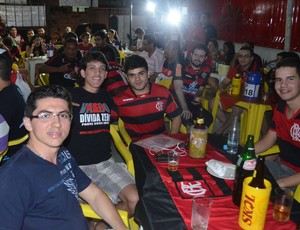 Torcedor do Vasco em meio aos flamenguistas em João Pessoa (Foto: Yordan Cavalcanti / Globoesporte.com/pb)