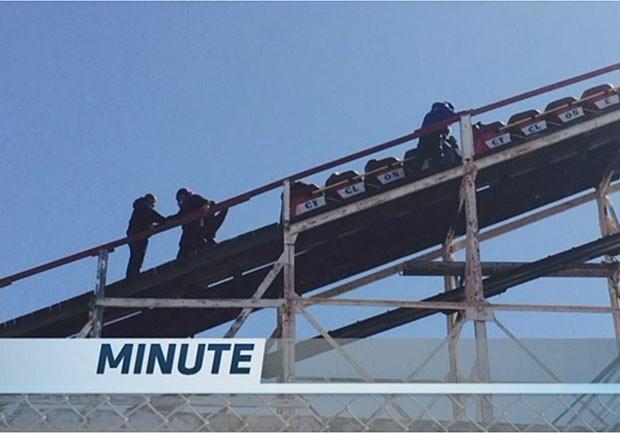 Pessoas tiveram que descer da montanha-russa Cyclone a pé (Foto: NY1 / Reprodução)