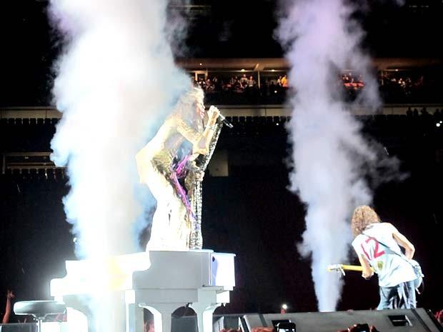 O vocalista Steven Tyler sobe no piano enquanto Joe Perry toca com camisa do Flamengo em show do Aerosmith em Brasília (Foto: Lucas Nanini/G1)