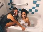 Laryssa Ayres e Amanda de Godoi se divertem em banheira