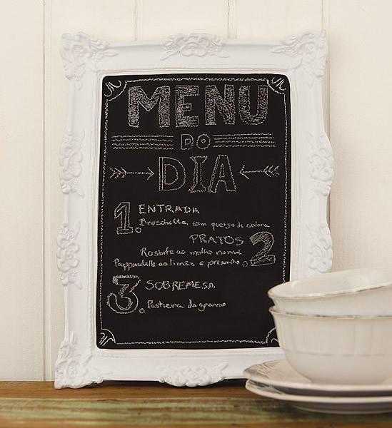 A moldura trabalhada valoriza o menu do dia, escrita na lousa com todo o carinho (Foto: Cacá Bratke/Editora Globo)