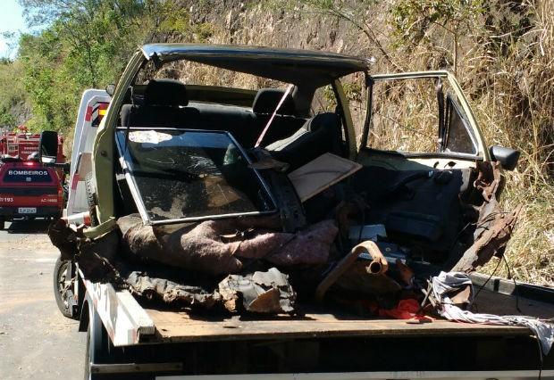 Os três ocupantes do carro foram socorridos com ferimentos graves (Foto: Gabriel Tedde / Marília Notícia)