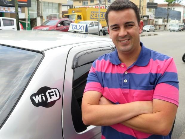 Taxista Paulo Henrique paga custo do próprio bolso (Foto: Orion Pires / G1)