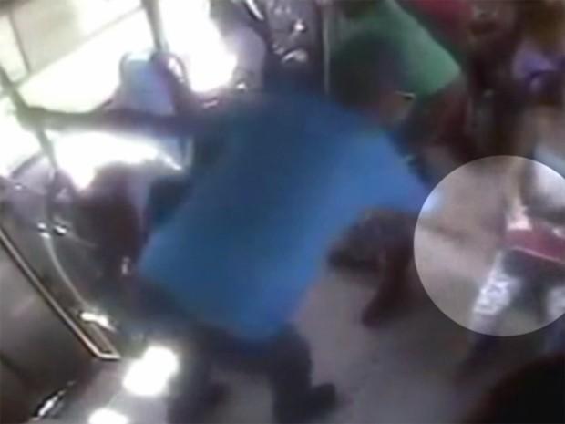 Homem rouba bolsa de passageira de micro-ônibus em Hortolândia (Foto: Reprodução / EPTV)