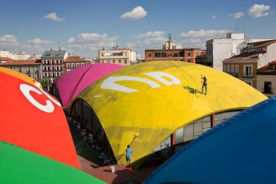 Integrantes do coletivo Boa Mistura pintam as diferentes cúpulas que compõem o Mercado da Cevada, em Madrid (Foto: Boa Mistura)