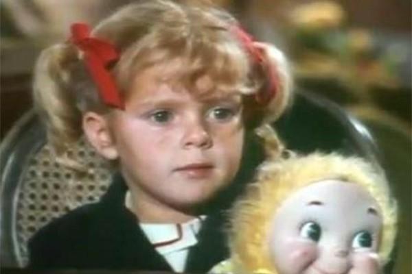 Anissa Jones ficou conhecida como a caçula da família Patterson-Davis na série 'Family Affair' no fim dos anos 60. Quando pode legalmente receber seus lucros pela participação no programa, a atriz se acabou em drogas e bebidas. Ela morreu em 1976, aos 18 anos, por uma overdose de cocaína e outras drogas. (Foto: Divulgação)