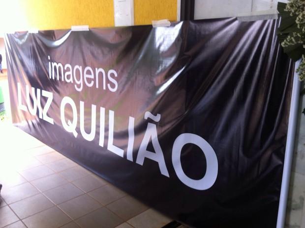 Faixa colocada em capela por amigos do repórter cinegrafista da TV Globo Luiz Quilião (Foto: Isabella Calzolari/G1)