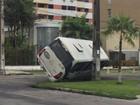 Van tomba e fica encostada em poste após colisão em Fortaleza