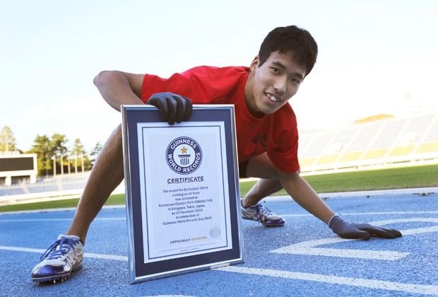 Jovem superou recorde que pertencia a seu compatriota Kenichi Ito (Foto: Eugene Hoshiko/AP)