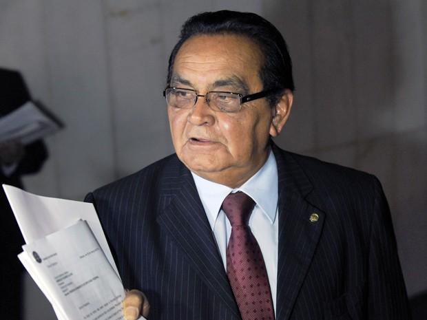O deputado Asdrubal Bentes com a carta de renúncia nas mãos (Foto: Gabriela Korossy / Câmara dos Deputados)
