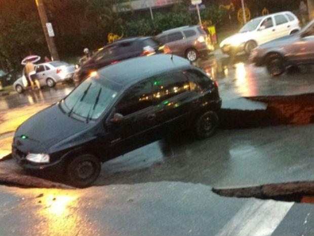 Carro cai em buraco aberto em avenida de Itatiba durante temporal (Foto: Arquivo pessoal)