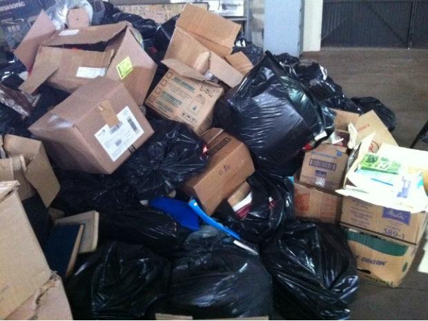 Cerca de 20 mil livros serão incinerados por estarem contaminados por fungos  (Foto: Vanessa Rumor/RPC TV)