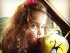 Filha de Rodrigo Faro posa abraçada à lembrança da festa de Rafa Justus