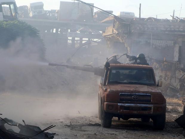 Exército Livre da Síria faz disparos na região de Ramusa, no sudoeste da cidade síria de Aleppo, na terça-feira (2) (Foto: Abdalrhman Ismail/ Reuters)
