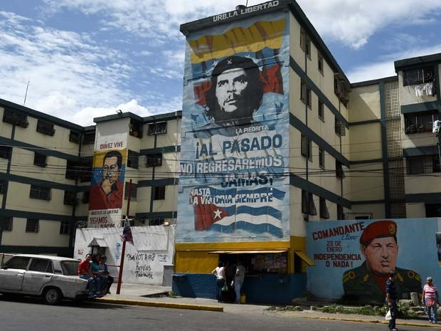Propaganda chavista para eleições legislativas é vista nas ruas de Caracas, na Venezuela (Foto: AFP PHOTO / LUIS ROBAYO)