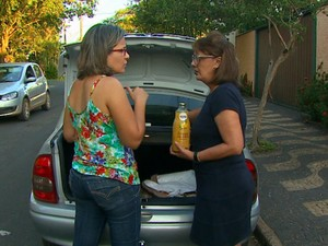 Vandircéia do Prado entrega mercadorias nas casas dos clientes (Foto: Marlon Tavoni/EPTV)