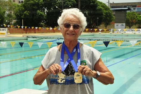 Nora Ronai - quase 90 anos e com a casa cheia de medalhas (Foto: Divulgação)