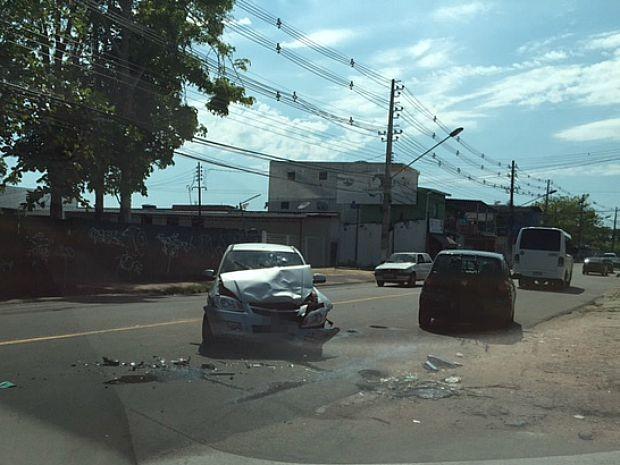 Acidente ocorreu por volta das 6h30 deste domingo (2) (Foto: Muniz Neto/G1 AM)