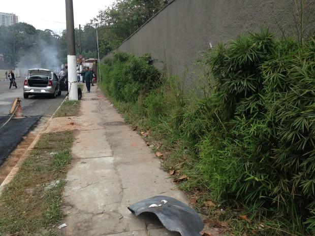Parte do cilindro do biocombustível foi parar a 300 metros do local da explosão (Foto: Letícia Macedo/ G1)