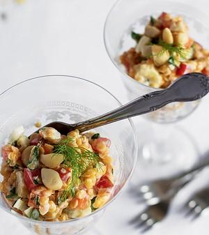 Mix de lentilhas libanesas, legumes e macadâmias ao molho de iogurte (Foto: Rogério Voltan/Casa e Comida)