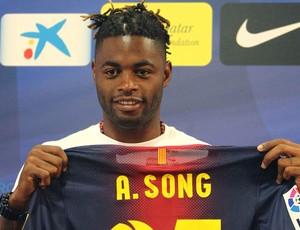 Alex Song apresentado no Barcelona (Foto: EFE)
