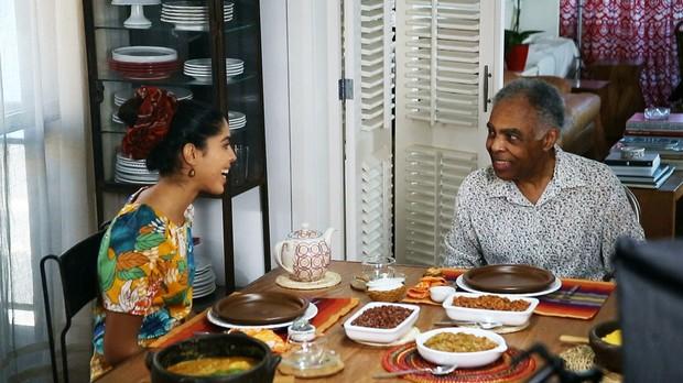 Bela Gil nas gravaes do primeiro episdio da 2 temporada do Bela Cozinha, com o pai, Gilberto Gil (Foto: Reproduo/GNT)