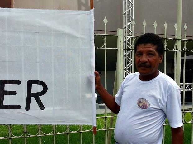 Manuel protesta em frente à Assembleia Legislativa do Amapá (Foto: Thaís Pucci/ G1)