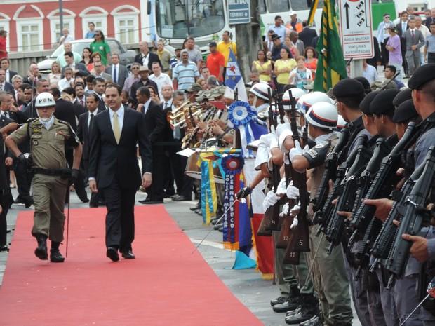 Paulo Câmara passa em revista a Segunda Guarda-de-Honra, composta por policiais militares (Foto: Katherine Coutinho/ G1)
