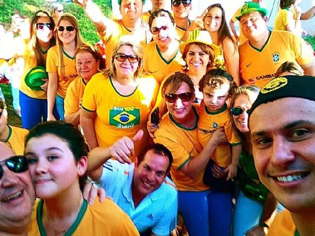 Rafael Gambarim em companhia dos familiares durante o jogo contra a Colômbia (Foto: Rafael Gambarim/Arquivo Pessoal)
