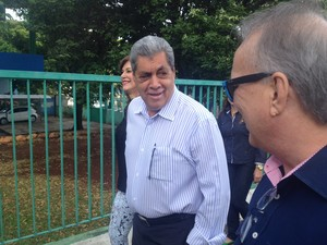 André a caminho da urna para votar (Foto: Lucas Lourenço/G1)