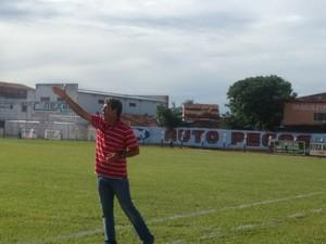 O técnico, Uidemar Oliveira orienta jogadores durante a partida (Foto: Vilma Nascimento/GloboEsporte.com)