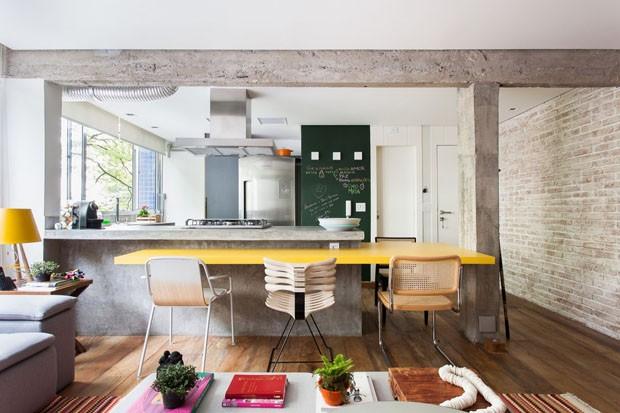 Décor do dia: cozinha aberta com estética industrial (Foto: Ricardo Bassetti/Divulgação)