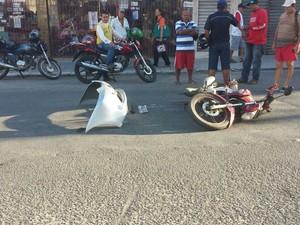 Com o impacto da colisão, parachoque e placa de veículo ficaram no local do acidente (Foto: Larissa Vasconcelos/G1)