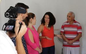 Equipe acompanha visita à família vencedora da promoção Decora em Ação (Foto: Sheila Rocha)