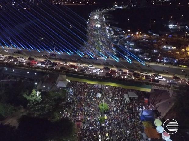 Mais de 100 mil foliões participam do maior corso do mundo em Teresina (Foto: Magno Bonfim/TV Clube)