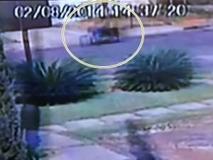 Imagem de câmera de segurança registrou movimentação de motociclista (Foto: Reprodução/TV Anhanguera)