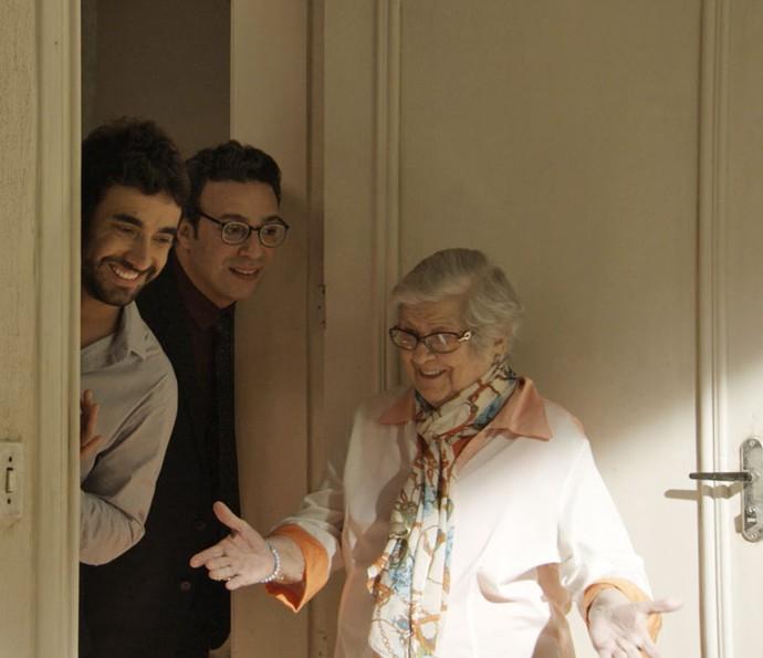 Após serem desmascarados, Leozinho e Agilson alugam um quarto na vila (Foto: TV Globo)