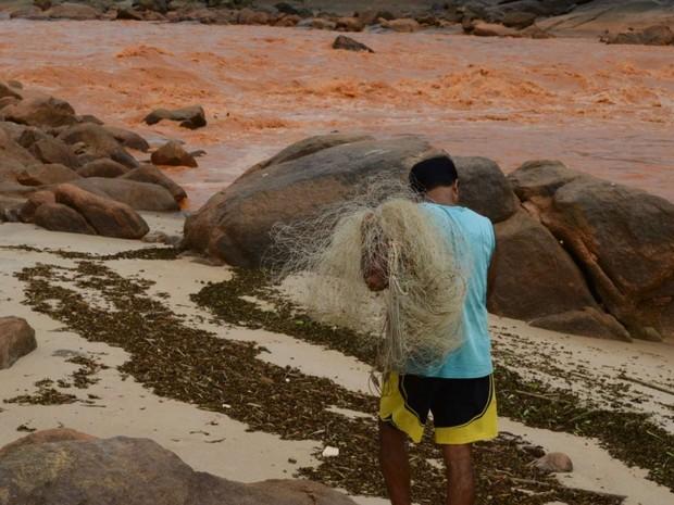 Pescadores sofrem com demora para receber auxílio da Samarco (Foto: Carlos Alberto Silva/ A Gazeta - Arquivo)