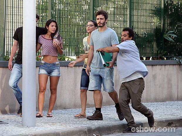 Capanga de Edu rouba dossiê das mãos de William (Foto: Pedro Curi/TV Globo)
