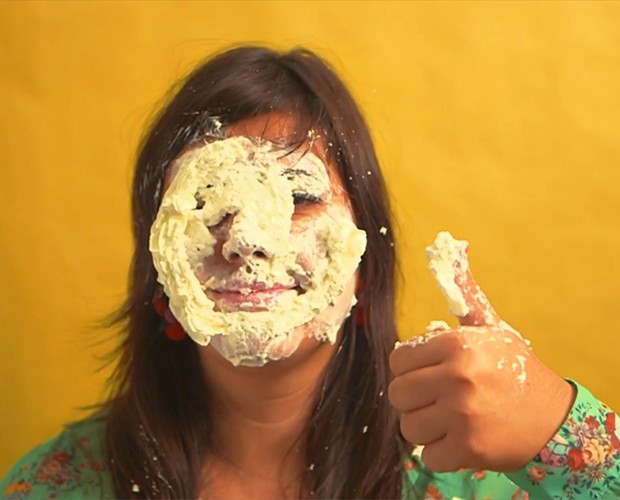 Raiza Costa se jogou no chantilly na hora de preparar o Milkshake (Foto: Gshow)