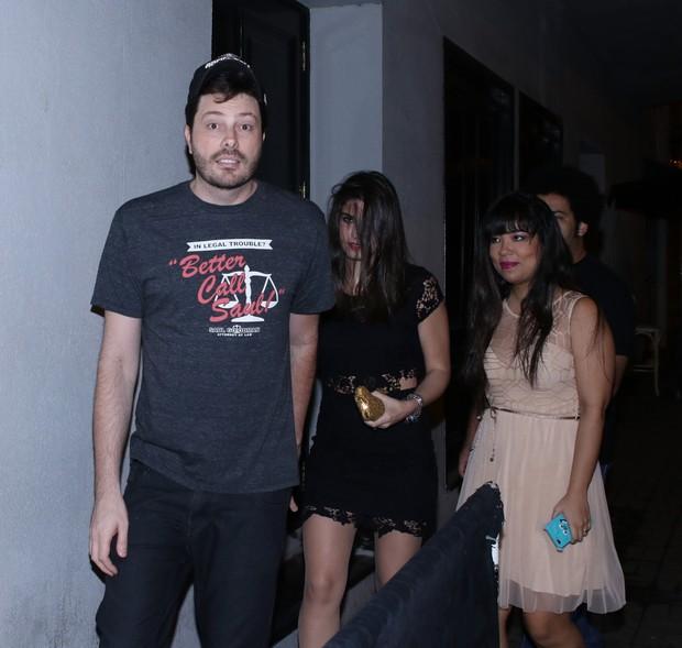 Danilo Gentilli disfarça com morena ao chegar em festa de aniversário de Dani Calabresa no sábado, 14, em São Paulo (Foto: Thiago Duran/AgNews)