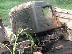 Carreta pegou fogo e motorista morreu após veículo cair de ribanceira na Bahia (Foto: Reprodução/ TV Santa Cruz)