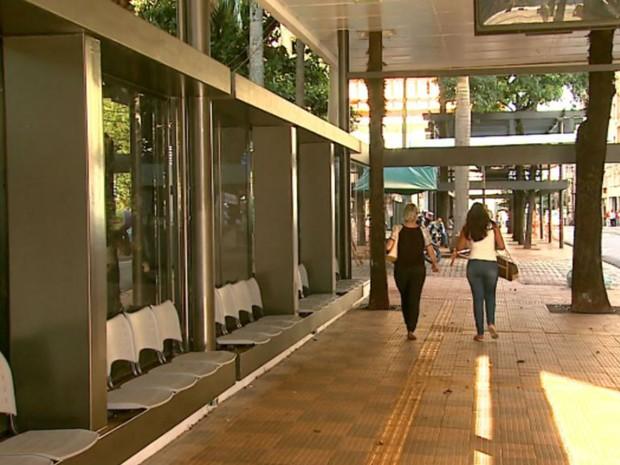 Estrutura com cobertura e bancos ainda não recebe ônibus no Centro de Ribeirão Preto, SP (Foto: Reprodução/EPTV)