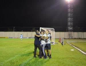 Comemoração do fim de jogo contra o Ji-Paraná  (Foto: Lívia Costa)
