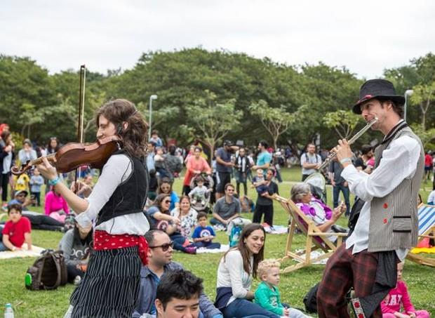 Pequena Orquestra Interativa (POIN) fará um cortejo pelo gramado do parque (Foto: Divulgação / SlowKids)