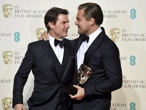 Leonardo DiCaprio abraça Tom Cruise, que foi um dos apresentadores do Bafta, após ganhar prêmio de melhor ator por 'O regresso' (Foto: REUTERS/Toby Melville)