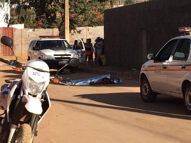 Peritos fizeram vistoria no Bairro Dr João Alves, onde jovem foi morto (Foto: Juliana Gorayeb/G1)
