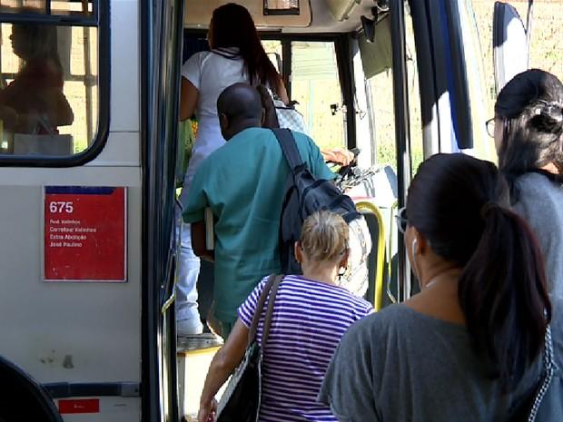 Passageiros entram pela porta da frente em ônibus no terminal de Valinhos (Foto: Reprodução EPTV)