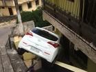 Carro desce ladeira desgovernado, bate em quatro veículos e invade casa